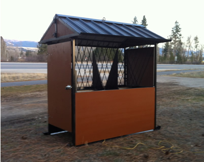 photo showing the side view of 4 horse feeder